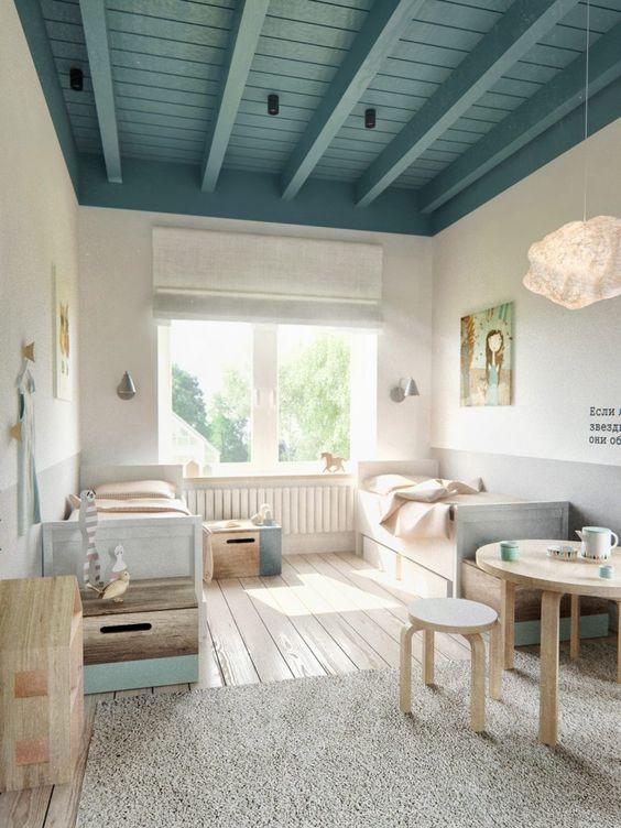 un plafond de couleur à la fois douce et présente