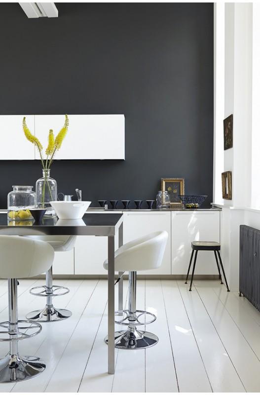 Appliquer une peinture de sol dans une cuisine