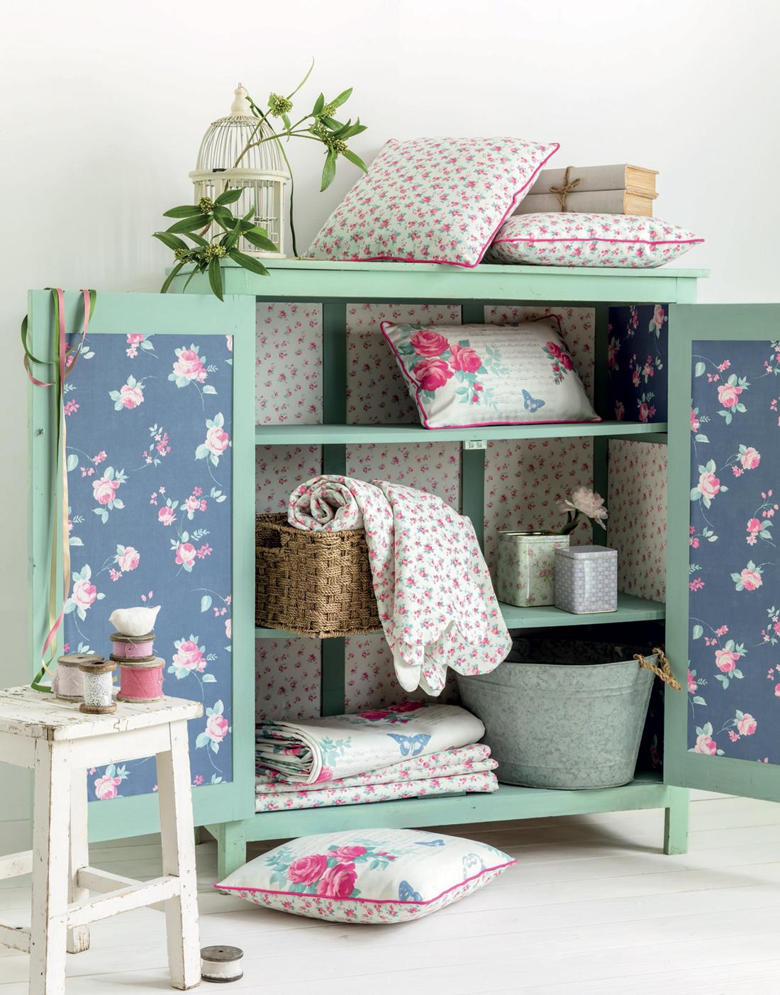 Relooker un meuble en bois à l'aide de papier peint