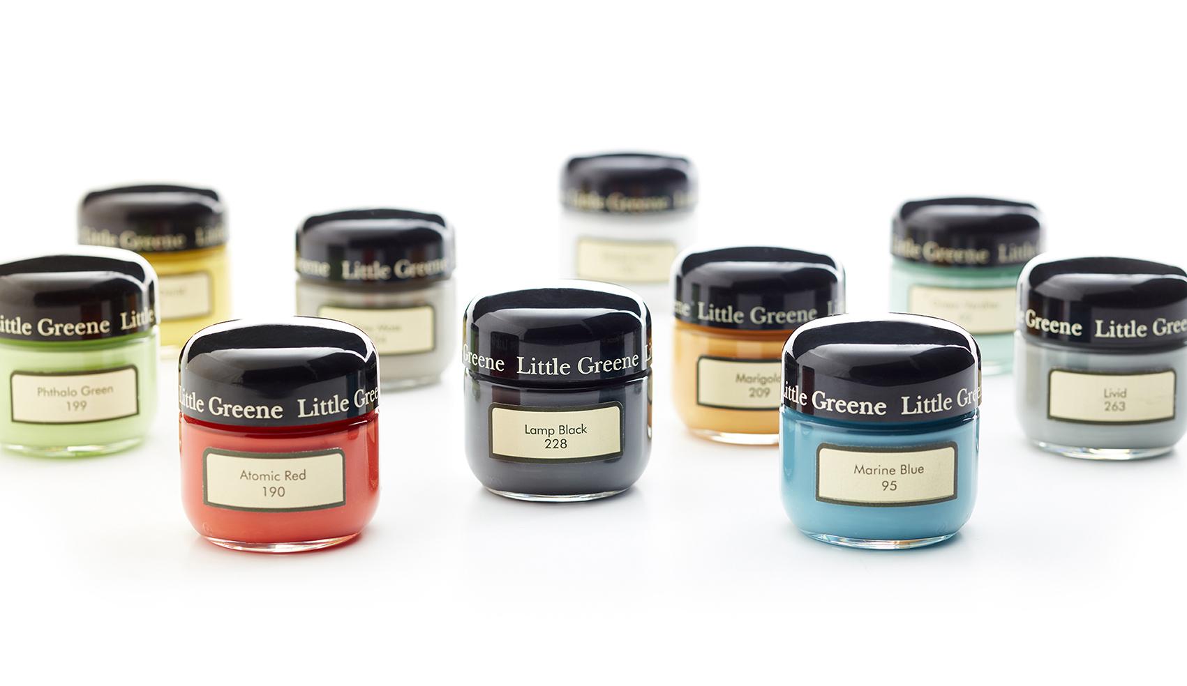 Utiliser des pots échantillons de peintures pour choisir une couleur tendance pour votre salle de bains.