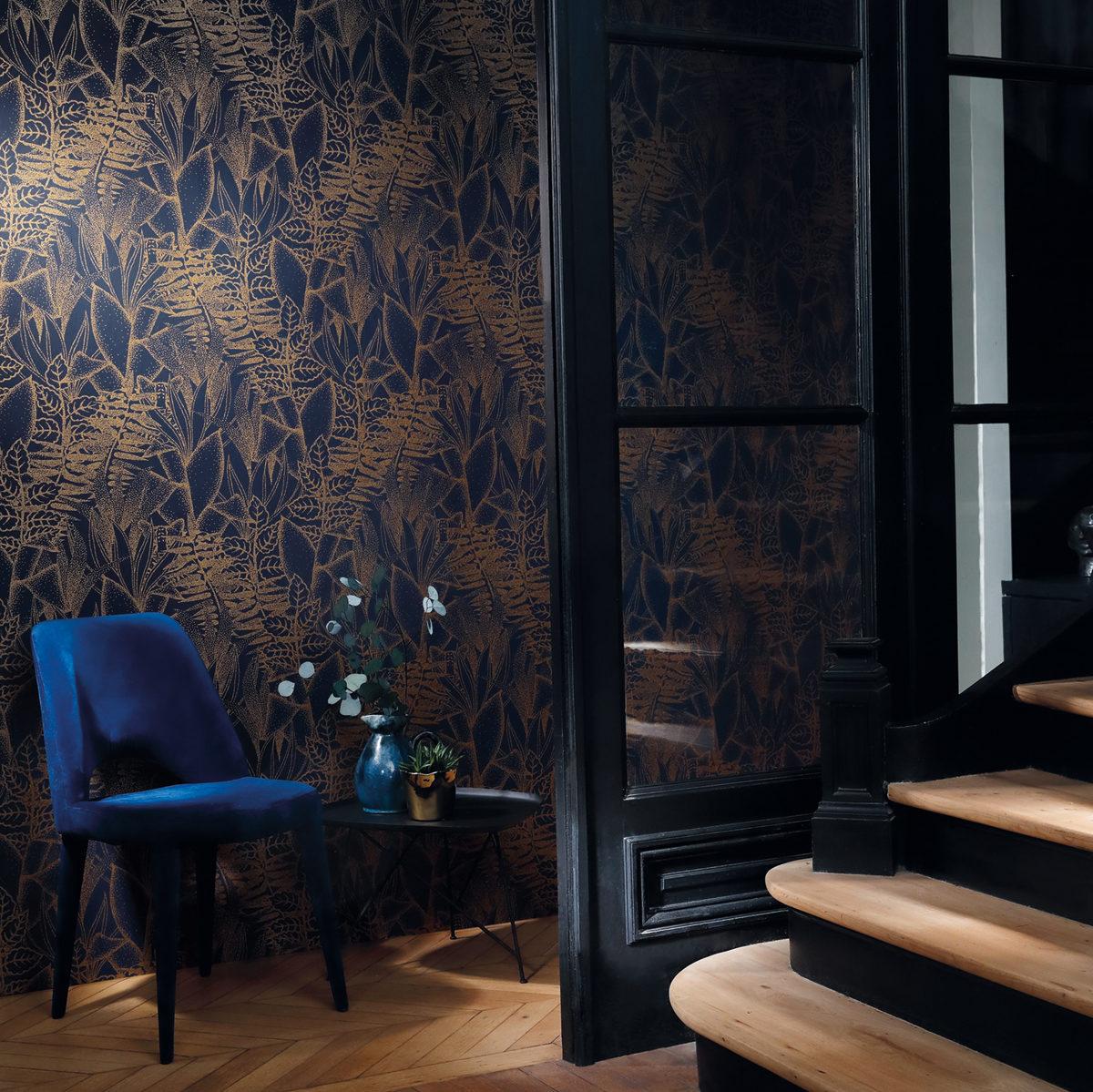 Papier peint bleu nuit et motifs jungles dorés