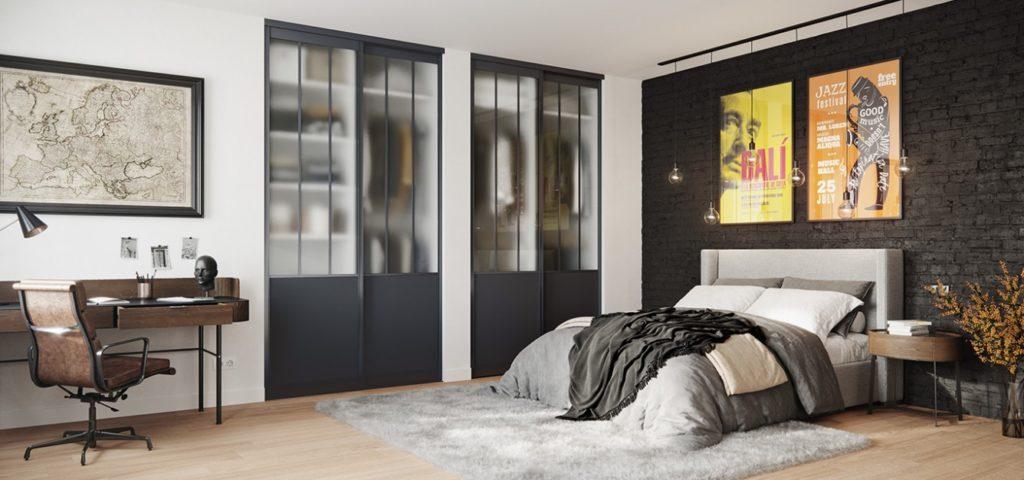 Portes de placard coulissante au verre sablé dans une chambre style industriel.