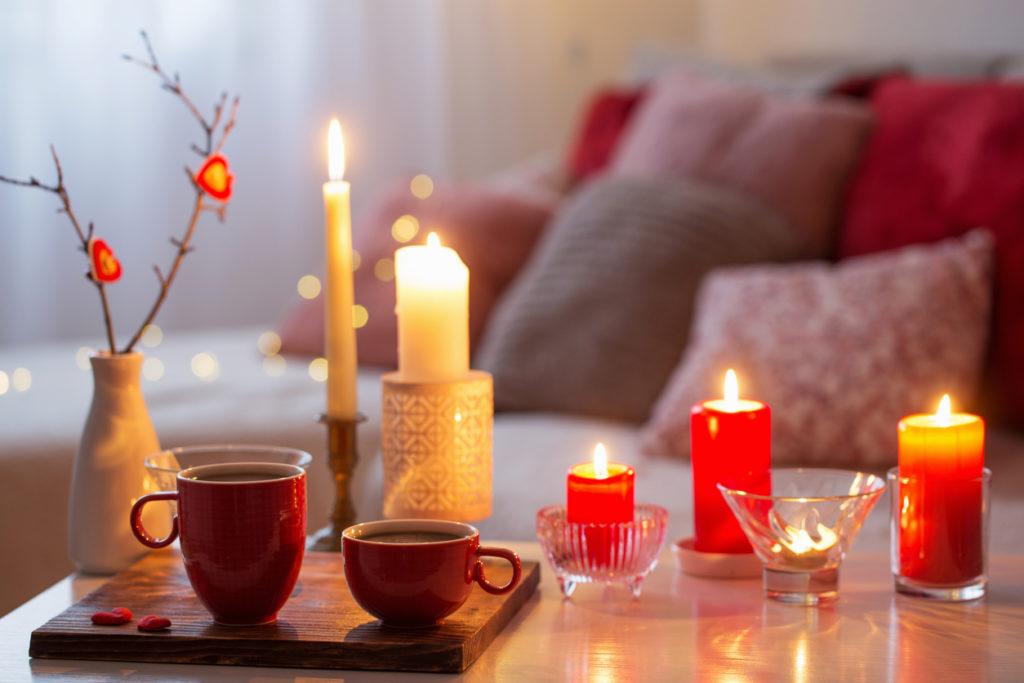 Des bougies colorées pour une ambiance romantique